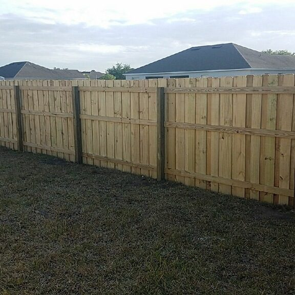 san antonio fence company putting in new residential fencing